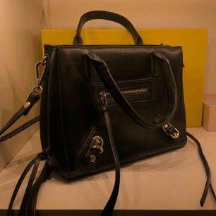 Snygg svart väska, knappt använd, är nästan i nyskick