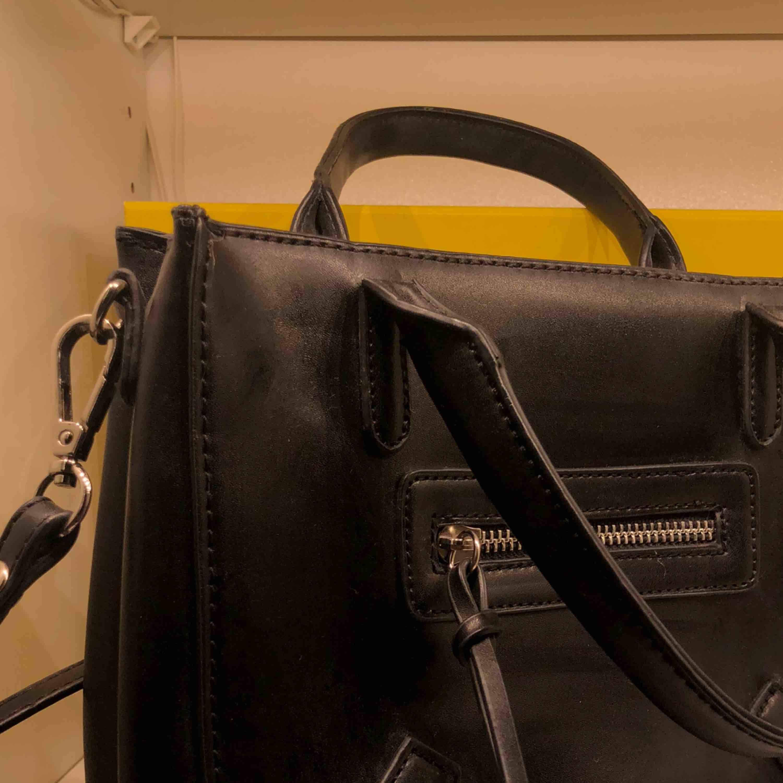 Snygg svart väska, knappt använd, är nästan i nyskick. Accessoarer.