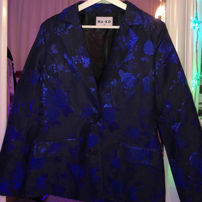 Na-kd kostym. Byxorna är storlek 38 och kostar 150 spänn, kavajen är storlek 36 och kostar 250. Köparen står för frakt annars möter ja upp i sthlm 💕. Kostymer.