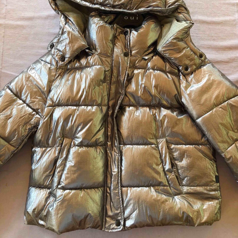 En silvrig dunjacka, perfekt till vintern då den är varm. Använd väldigt försiktigt, inga skador, condition 9/10. Övrigt.