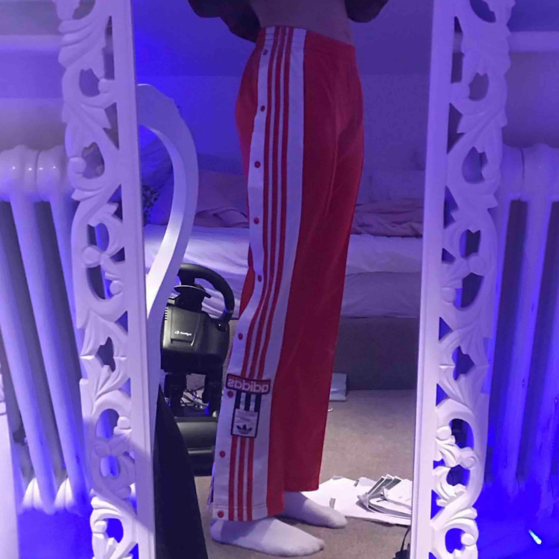 Adidas brallor, bra skick! Supersköna! Köparen står för frakt annars möter jag upp i sthlm 💕. Jeans & Byxor.