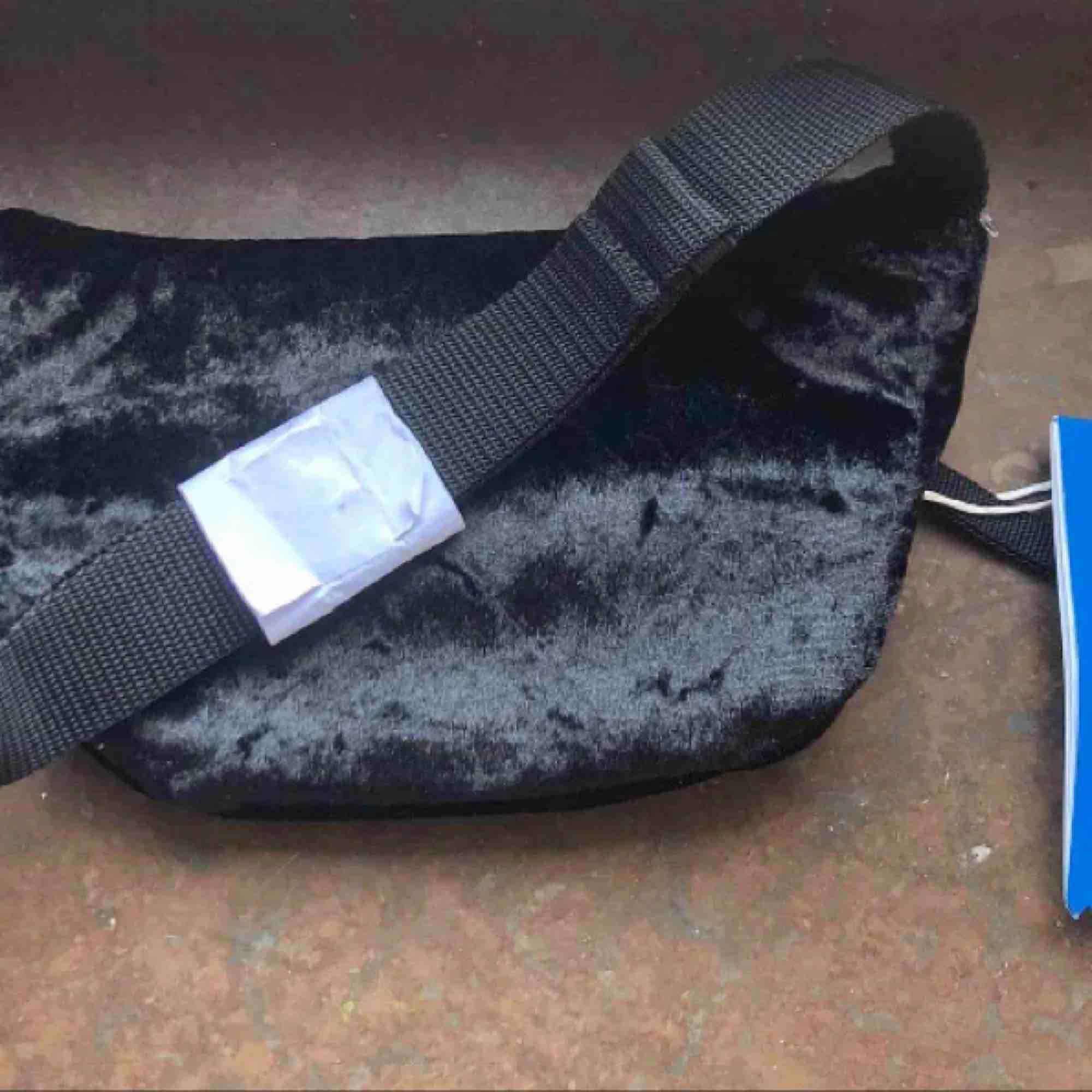 En fannypack/magväska från Adidas. Helt ny med tags! Finnes på Södermalm, Stockholm. Kan postas men då står Du för frakten, (42kr). Mvh Marija . Väskor.