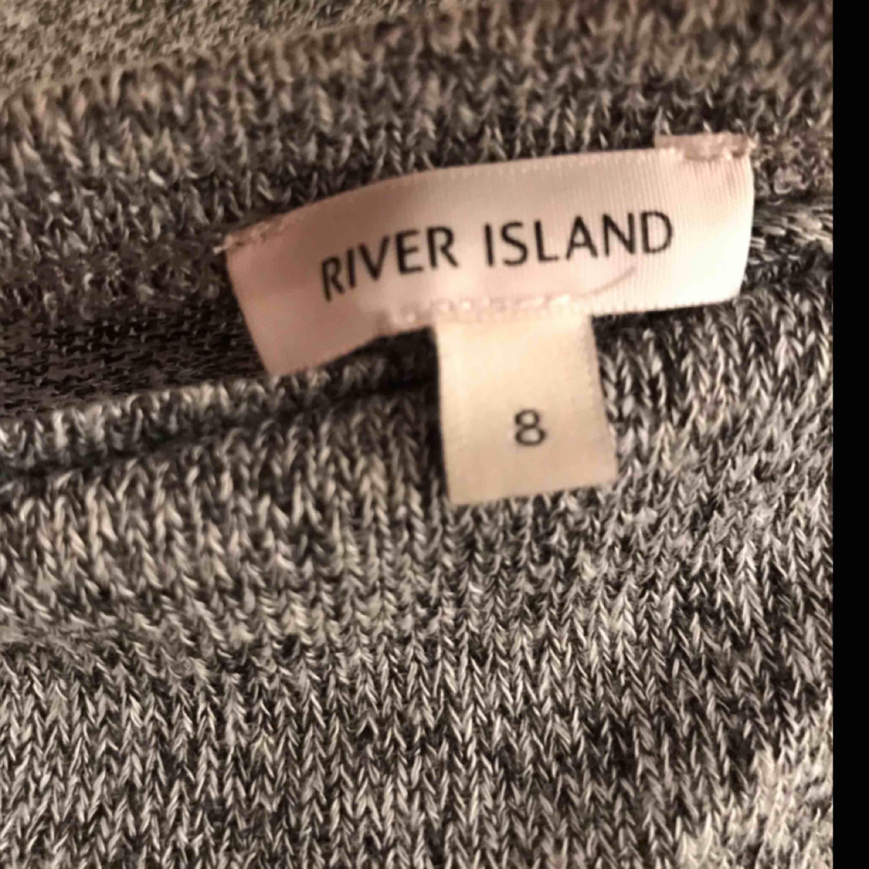 """Långärmad tröja med """"häng"""" i ryggen! Aldrig använd. . Tröjor & Koftor."""