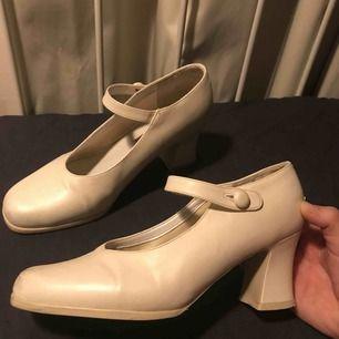 Säljer mina väldigt fina Rossini klackar då de inte kommer till användning. De är vintage och köpta second hand, finns inte att få tag i. Har några defekter där bak som fanns där när jag köpte skorna.