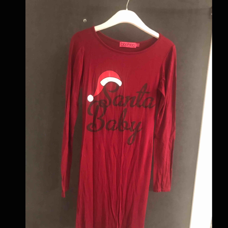 Julig klänning i stretchigt och skönt tyg! Använd en gång. . Klänningar.
