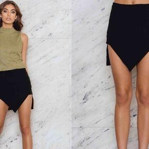 Snygg asymmetrisk kjol från na-kd. Ny med lappen kvar.   Kolla gärna in mina andra auktioner, jag samfraktar eller möts i Göteborg