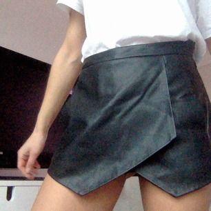 Snygga asymmetriska skinn shorts från zara. storlek xs