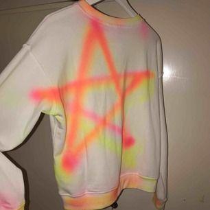 En asball spraymålad sweatshirt. Första bilden är ryggen och andra framsidan. Tröjan är helt oanvänd och nyinköpt, har inte ens provat. Färgen är textil och går att tvätta upp till 40. Skickas mot fraktkostnad. Kolla även in mina andra annonser! 🥰