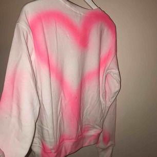 En omgjord sweatshirt. Tröjan är helt ny och aldrig använd, från hm. Trycket är spraymålat med textilfärg. Skickas mot fraktkostnad. Kolla gärna in mina andra annonser! 🥰