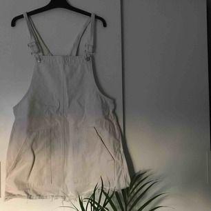 Superfin hängselklänning från Pull&Bear. Använd väldigt få gånger så i superbra skick!! Frakt tillkommer 💜