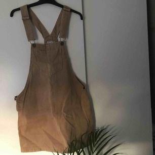 Jättefin brun hängselklänning köpt på asos för ett bra tag sedan. Använder tyvärr allt för sällan, därför säljer jag den. Men i superbra skick! Frakt tillkommer ⭐️