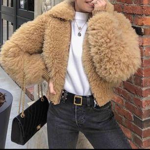 🌻Funderar på att snygga världens snyggaste jacka. Linne cropped shearling jacket, köpt på Acne Archive för nästan 11 000! Nypris 25 000kr! Äkta fårpäls och skinn vid muddarna. Har fickor både inuti och utanpå. Super varm, fryser aldrig med den!🌻