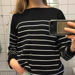 Randig stickad tröja från H&M, NP 299kr. Sparsamt använd och i fint skick, lappen i nacken är endast bortklippt för att den stacks 😊