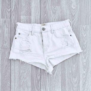 Supersnygga vita högmidjade korta ripped shorts från River Island, bra skick förutom småfläckar. Storlek 8 (36/S)  Möts upp i Stockholm eller fraktar. Frakt kostar 55kr extra, postar med videobevis/bildbevis. Jag garanterar en snabb pålitlig affär!✨
