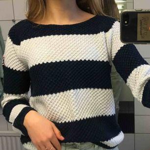 Randig stickad tröja från KappAhl i marinblått och vitt, NP 299kr. Sitter som en XS och är i fint skick 😊