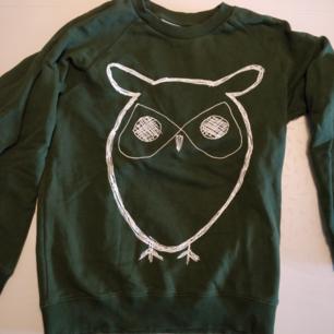 Grön tröja från Knowledge Cotton Apparel strl M. Sparsamt använd.