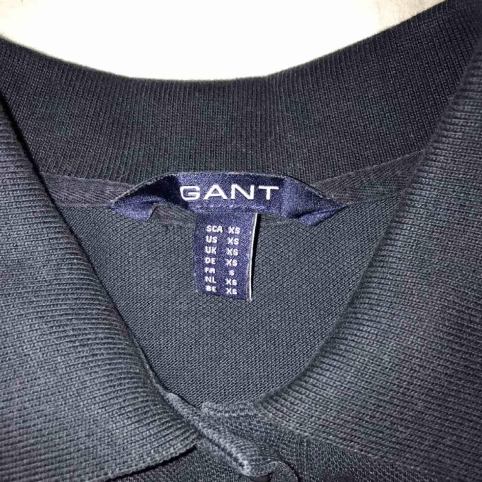 Långärmad marinblå pikétröja från Gant, NP 899kr. Använd max 10ggr och därför i så gott som nyskick, säljer pga att den är för liten 😊. Toppar.