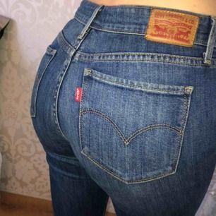 Bootcut jeans från Levis. Låga i midjan och ganska långa för mig som är 167. 27/32