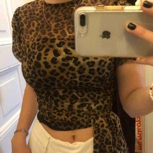 Söt leopard blus i storlek 32, med puffiga armar och ett band som man knyter runt midjan.