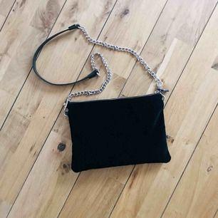 Superfina Kira Chain Velvet från Whyred som tyvärr inte kommer till användning! Använd en gång och i nyskick🌹 går att använda med längre kedje-axelrem och/eller en kortare läderrem (se bild två). Nypris 1800kr