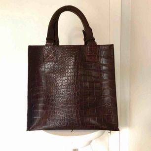 Väska från Bruuns Bazaar i mycket bra skick!! Nypris: 3000kr. Priset är absolut förhandlingsbart vid snabb affär. (Pris exkluderar frakt) 💘