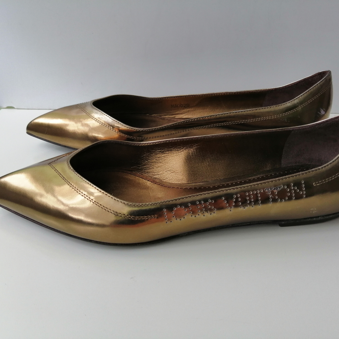Louis Vuitton Frivolous Flat Ballerina, very good condition,there are several defects of storing that led to some rub of the gold toping. Come with original box, size 38, insole 24.5cm, write me for more info and pics, !!!!! delivery to USA, Canada, Australia NO return. Skor.