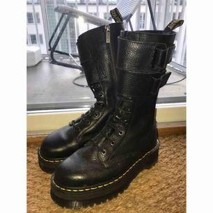 Jagger platform boots. Svarta kängor, knappt använda. Köpta för 2300kr. Säljer pga bara står i garderoben.