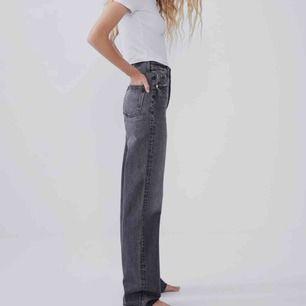 Söker dessa byxor från zara i storlek M/L. Hör av er snälla om ni vet ngn som säljer eller om ni själva säljer. Tack!