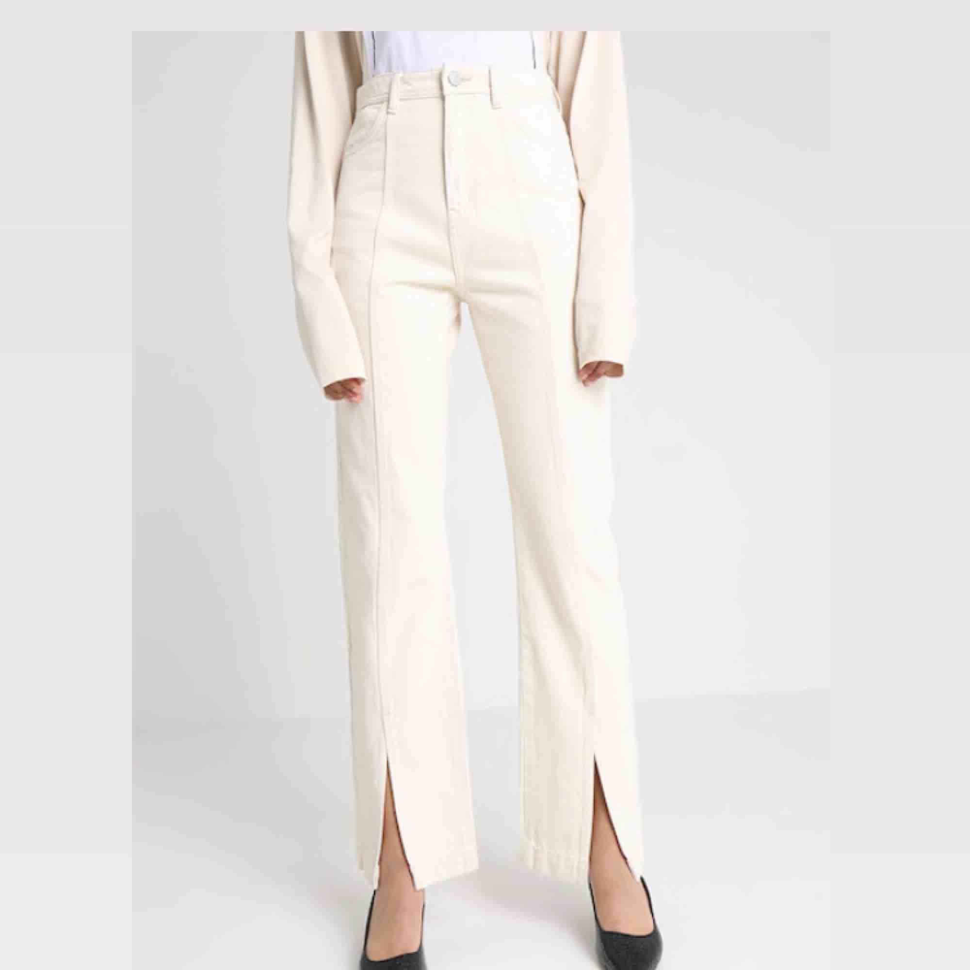 20% REA I HELGEN! Skitsnygga byxor!! Så ledsen att dessa inte passar mig längre. normal 36:a, jeansmaterial och creme-vita med slits fram! Längden passar mer eller mindre runt 172. Frakt tillkommer på 55kr eller upphämtning i gamla stan 😘 . Jeans & Byxor.