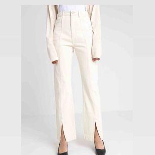 Skitsnygga byxor!! Så ledsen att dessa inte passar mig längre. Skulle säga att de är en normal 36:a, jeansmaterial och creme-vita med slits fram!  Frakt tillkommer eller upphämtning i gamla stan 😘