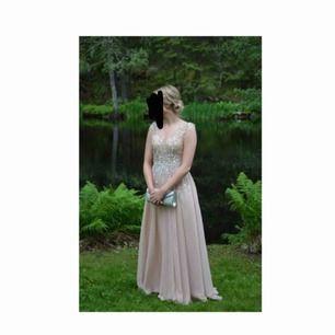 Säljer min balklänning i storlek 36, använd i några timmar! Jag är 170cm lång och den är lagom i längden! Ny kostar den 4000kr. Priset kan diskuteras! 😊