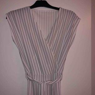 Galet snygg jumpsuit dress, långa vida ben med fin midja! Passar perfekt till bröllop o liknande, den har tyvärr inget märke eller lapp om var den är ifrån och kommer inte ihåg vad butiken hette! Men väldigt bra kvalite!