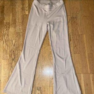 Säljer dessa beiga bootcut byxor från Gina, som nya. Frakt på 59 kr