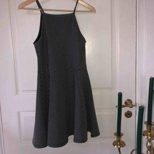 Super söt klänning med öppna armar och tunna band som detalj🕊🖤 har ett små rutigt mönster och endast använd två gånger🖤