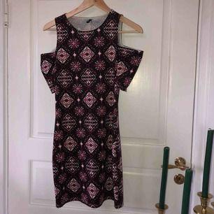 """Super söt klänning med ett """"bohemiskt"""" mönster🌾🤩 har öppna axlar och en har ganska figursydd modell🧡❤️"""