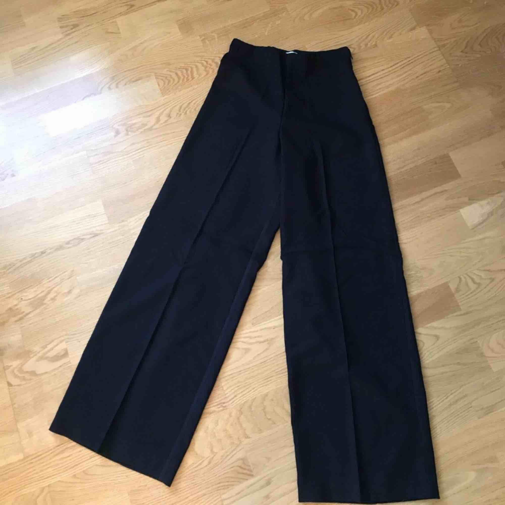 Jag säljer dessa weekday kostymbyxor. De är helt oanvända! Ordinariepris 500 kr.. Jeans & Byxor.
