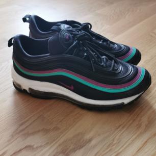 Nike Air Max 97. Använda men i gott skick. Se bild 2 för slitage på insidan av skon , den vita delen av sulan (därav det låga priset) utöver det ser det fina ut, rengörs självklart ordentligt innan sälj.