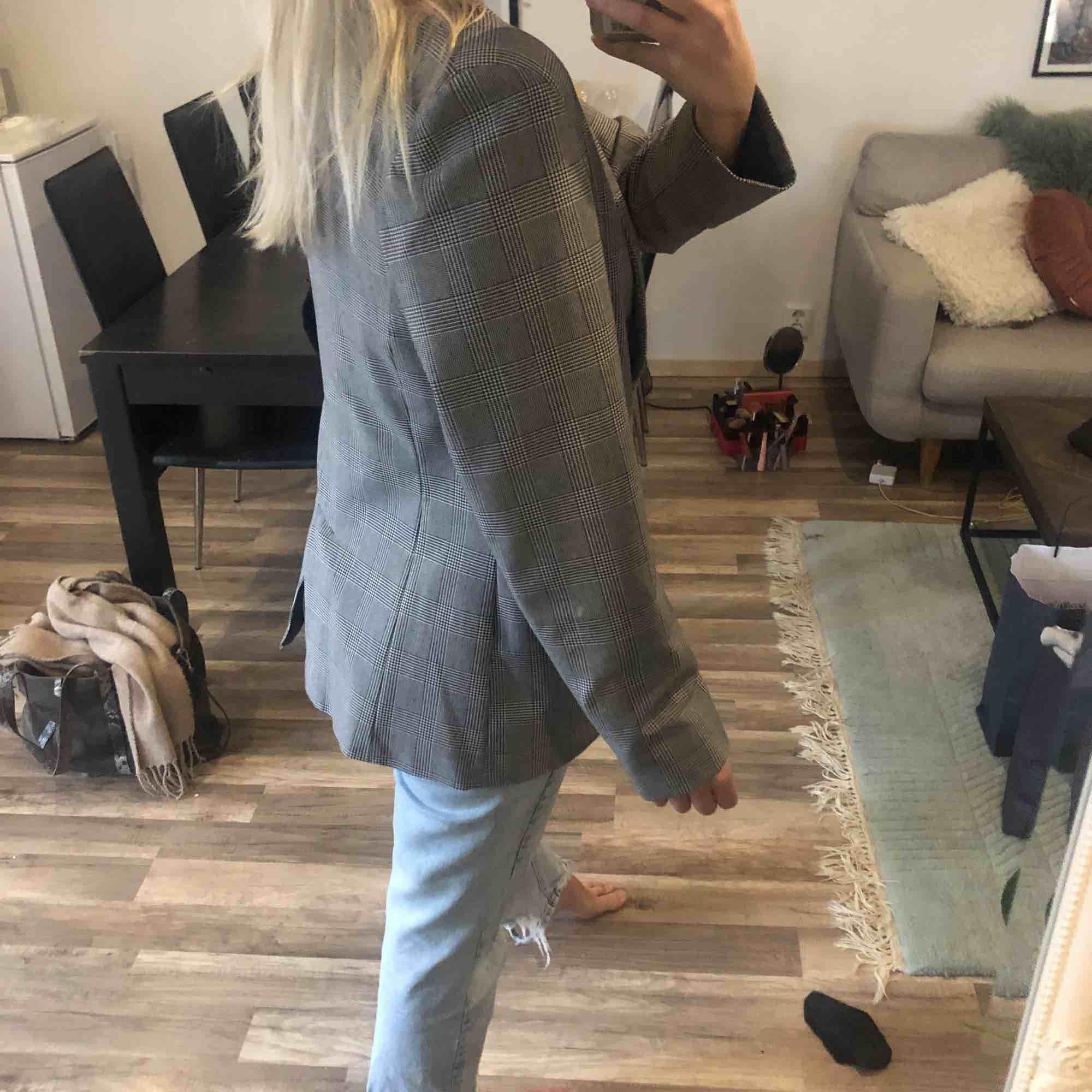 Kavaj i jättefint skick, sitter mer fitted på någon med M, som på bilden på en S 💛 Såå snygg till hösten! 50 kr frakt eller 30 frakt vid snabb affär. Kostymer.