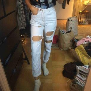 vita raka jeans från prettylittlethings! så fina. 120 kr inklusive frakt!