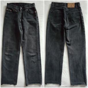 Vintage svarta mom jeans, avklippta nedtill. Storlek w29 men tycker de känns lite mindre, mer som ca 27/28. Fraktkostnad blir 75kr.