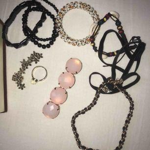 Alla smycken för 450! •halsband-silverkedja-rött hjärta•3st svarta armband•leopard armband/ hårsnodd •öronsmycke•Ring•hårsmycke•snäck armband • svart och guldig Shocker • pris går att diskutera:)