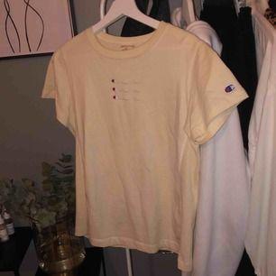 Ljusgul t-shirt från champion i perfekt skick. Lite tjockare i materialet vilket jag älskar. Köptes på Urban outfitters i Stockholm för 499 kr i somras🔥
