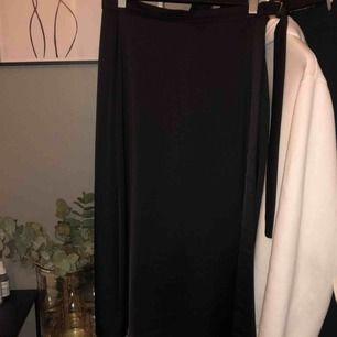 Silkeskjol från H&M med guldspänne i midjan, perfekt skick✨