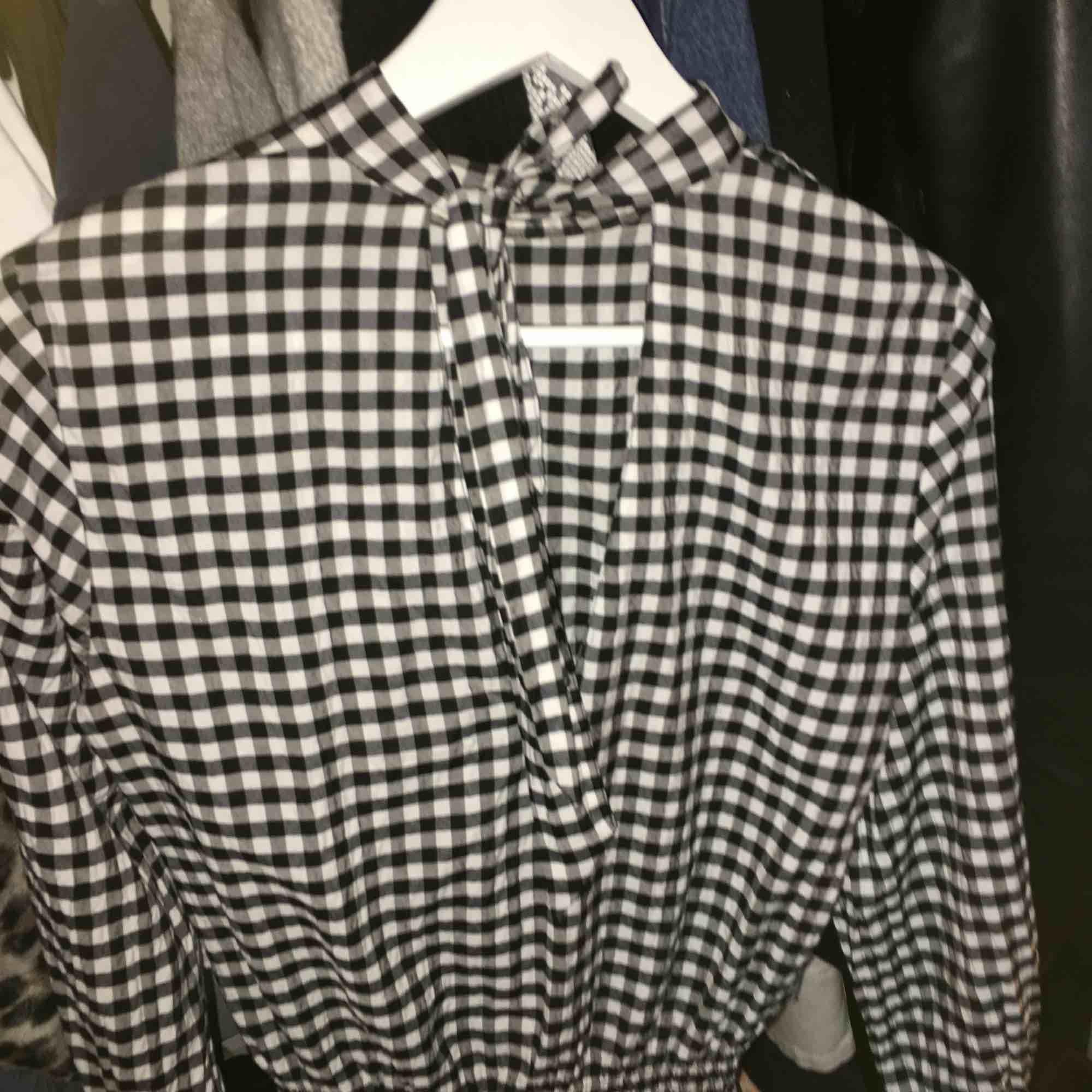 En blus köpt hör på Plick som inte riktigt passade! Blusen är från hm och frakt ingår i priset! . Blusar.