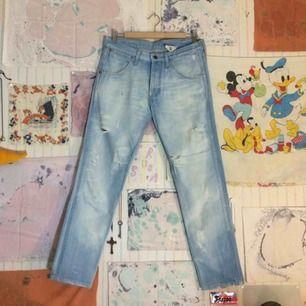 Wrangler jeans i strl W29 L34 med snygg slitning i nyskick!  Organic cotton!  Finns i Sthlm, skickas mot fraktkostnad.  Har swish! ✨