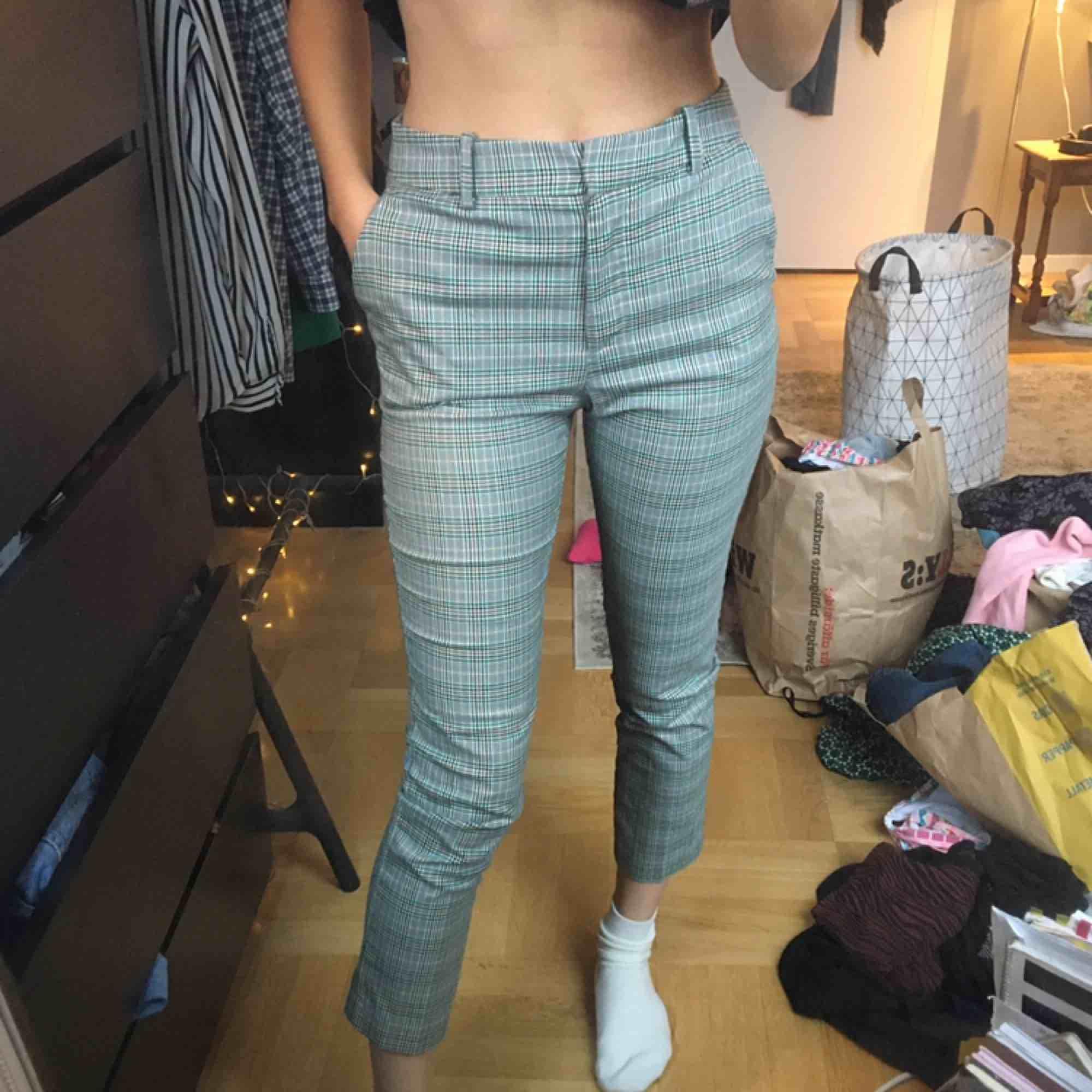 mönstrade kostymbyxor storlek S. 100 kr inklusive frakt! 💞. Jeans & Byxor.