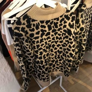 säljer mig assnygga leopard tröja från nakd, den är använd fåtal gånger o köpt för 399, sticks inte på mig , frakten är på 30 kr 💗💖💕