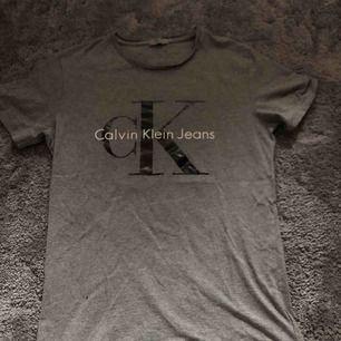 Grå Calvin Klein t-shirt säljs billigt!💙 (Använd 1 gång) Köparen står för frakten🌸