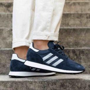 Adidas Forest Grove i färgen navy blue. Endast använda en gång! Jättesköna men köpte fel storlek tyvärr :(