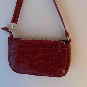 Trendig röd liten väska från Missguided. Aldrig använd.